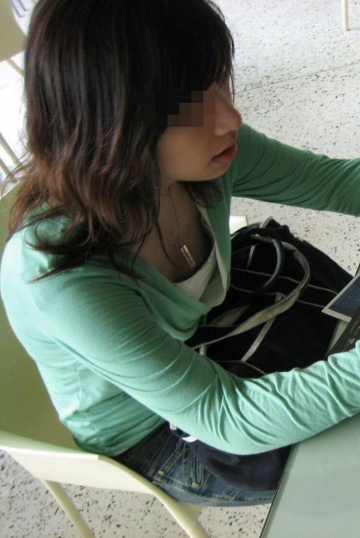 素人女子の無防備な胸チラ (18)