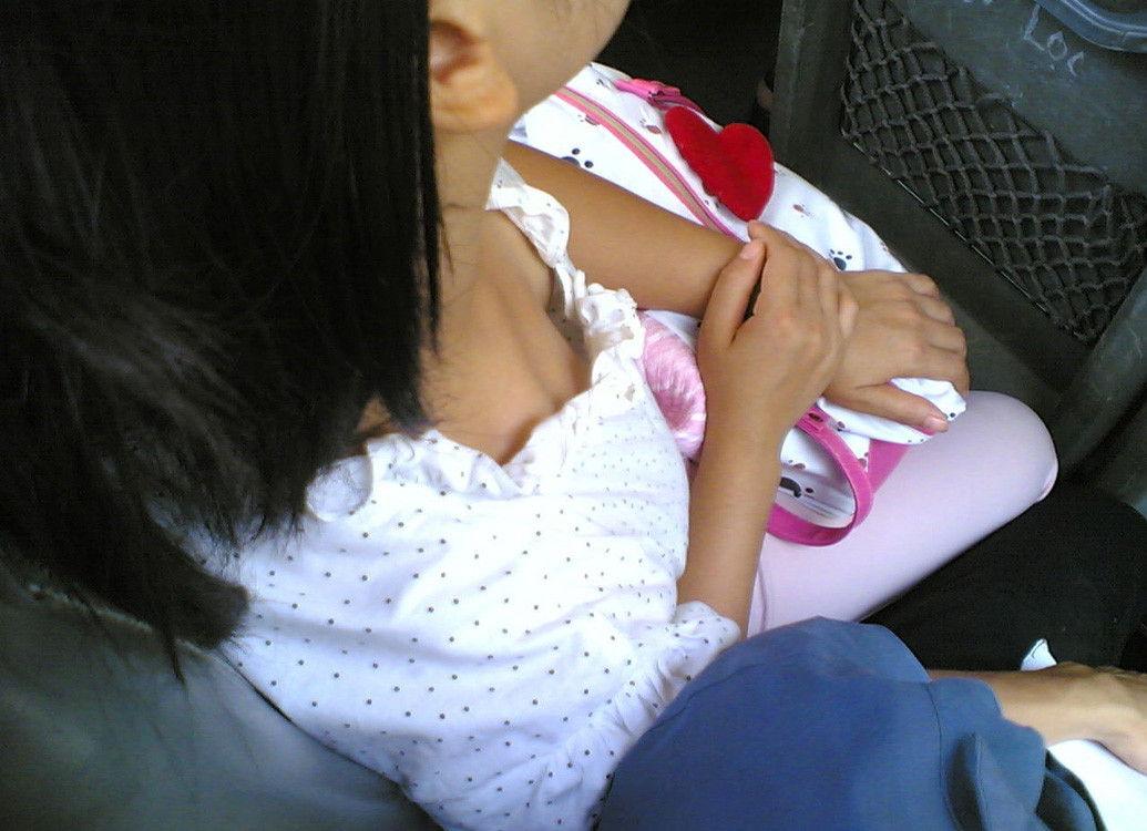 素人女子の無防備な胸チラ (7)