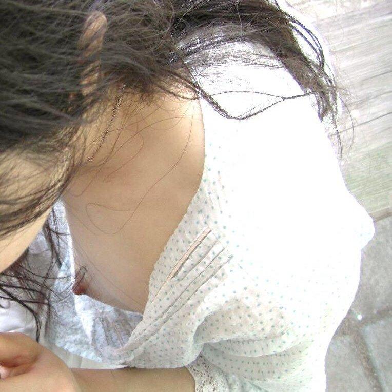 素人女子の無防備な胸チラ (1)