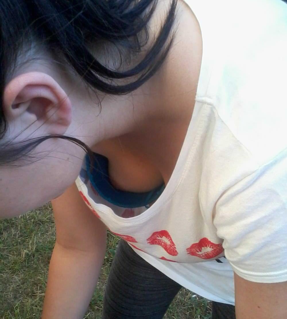 素人女子の無防備な胸チラ (6)