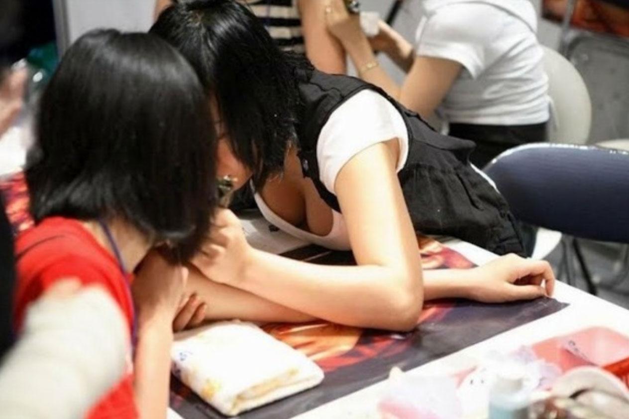 素人女子の無防備な胸チラ (8)