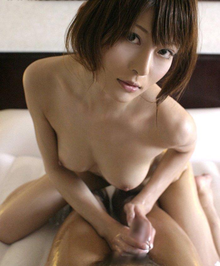 手コキで男を気持ち良くさせる女性 (5)
