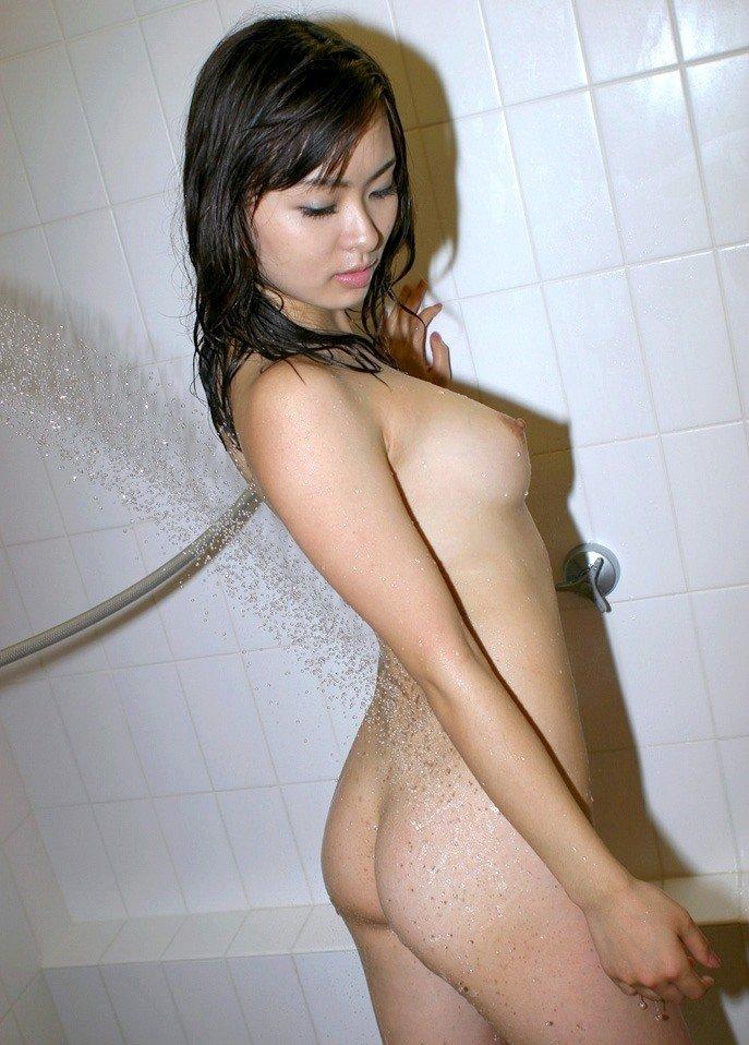 シャワーの湯を尻に浴びせる (2)