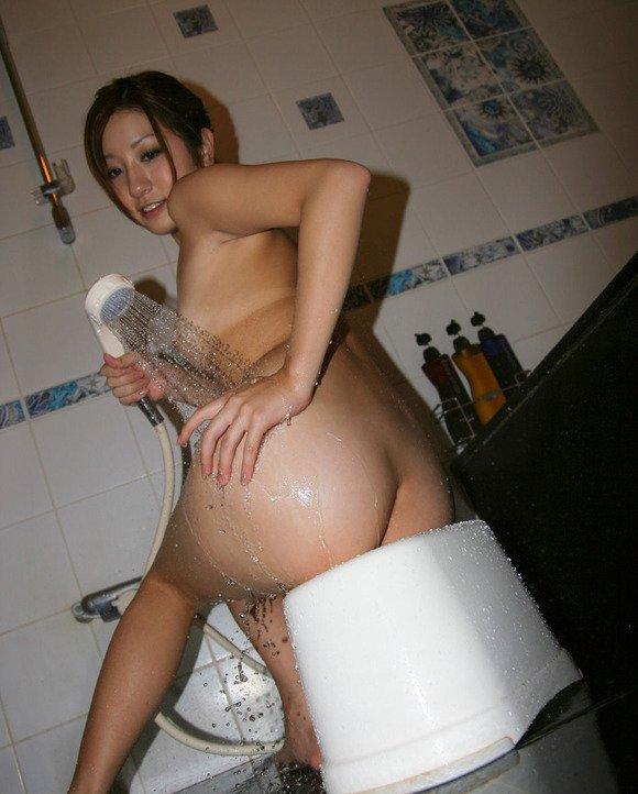 シャワーの湯を尻に浴びせる (15)