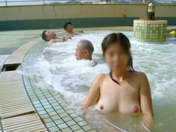 混浴の温泉にいた素っ裸の素人女性 (15)