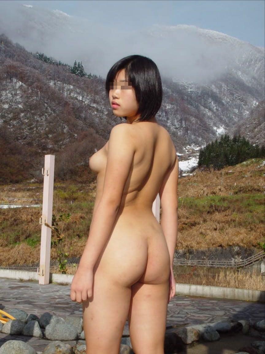 昼間から野外で素っ裸になる女性 (12)