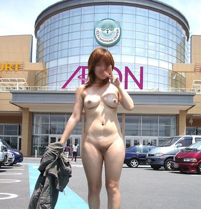 昼間から野外で素っ裸になる女性 (8)