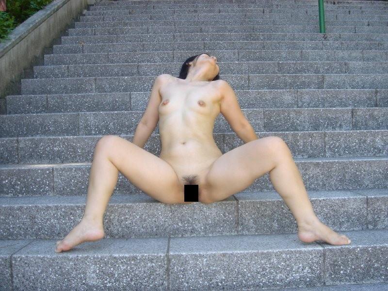公園で素っ裸になる露出狂 (5)