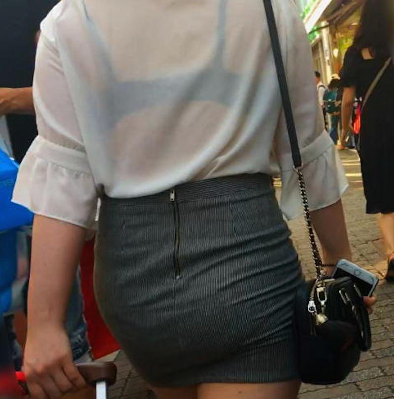 街で発見した透けブラ女性 (12)