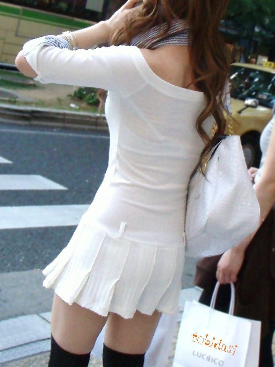 街で発見した透けブラ女性 (6)