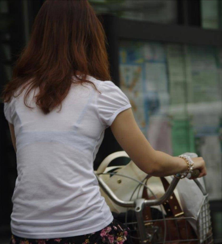 街で発見した透けブラ女性 (14)