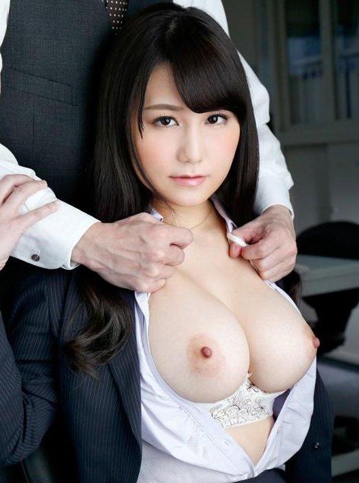 下着や裸を見せるセクシーOL (9)