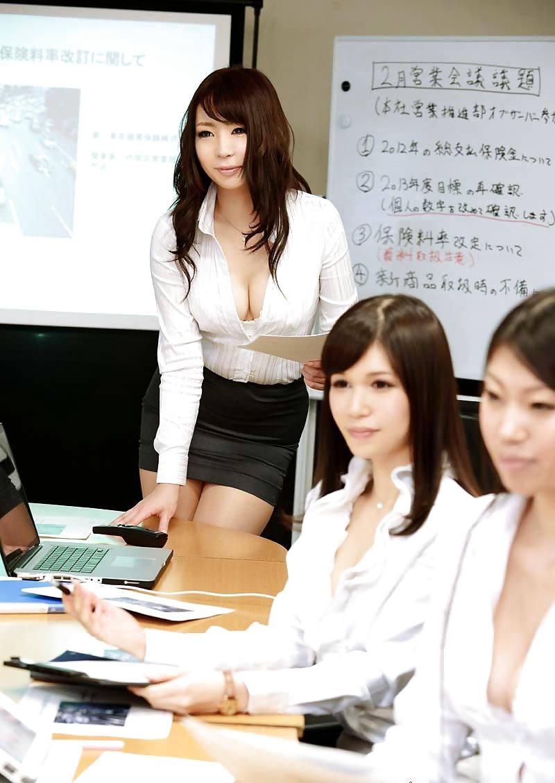 下着や裸を見せるセクシーOL (2)