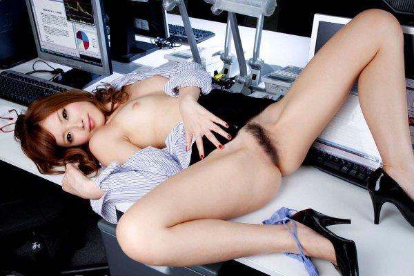下着や裸を見せるセクシーOL (20)