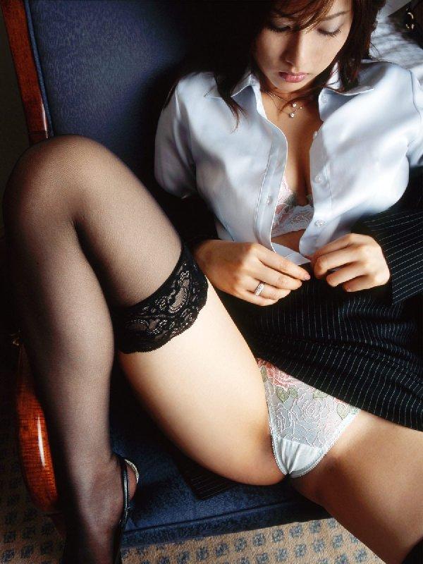 下着や裸を見せるセクシーOL (15)