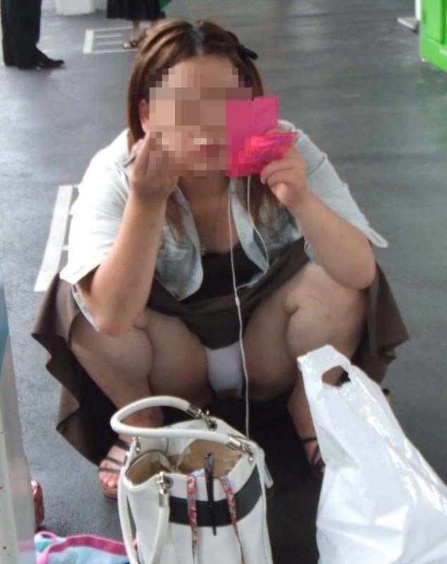 しゃがみパンチラしてる素人女子 (6)