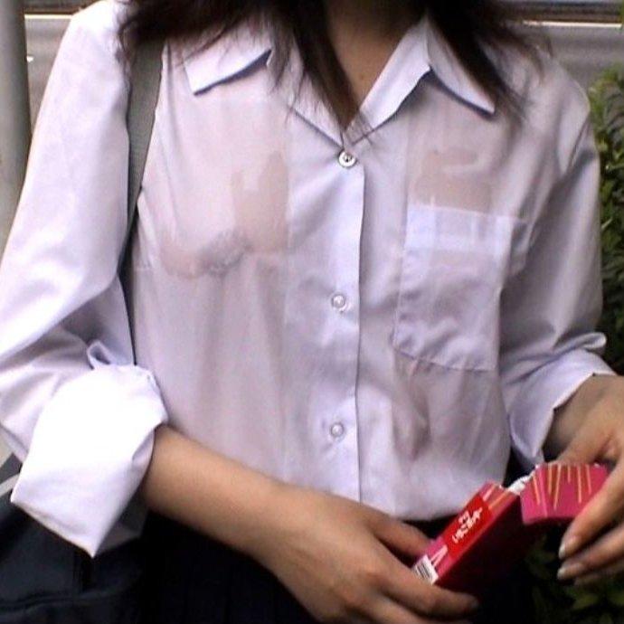 濡れた制服から透け乳首してる女性 (1)