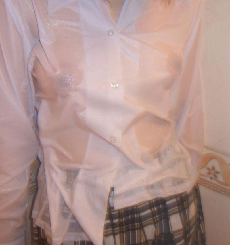 濡れた制服から透け乳首してる女性 (4)