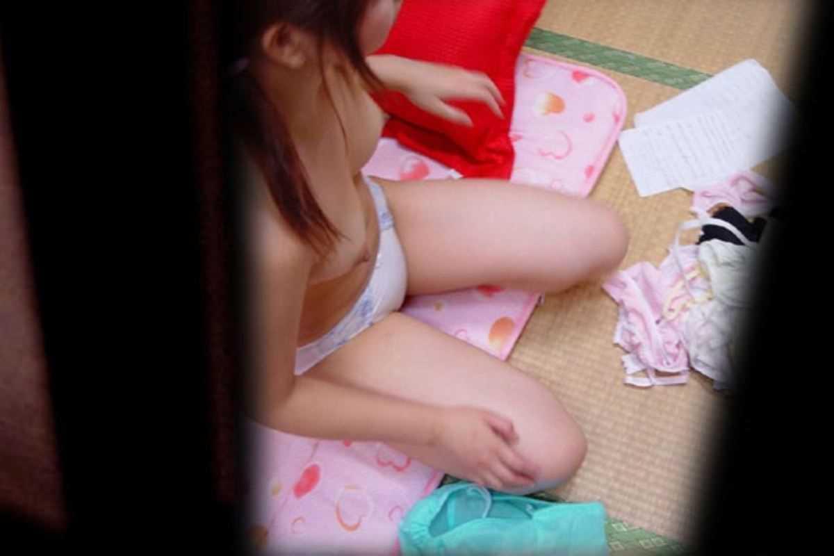 部屋で脱衣中の素人女子 (2)