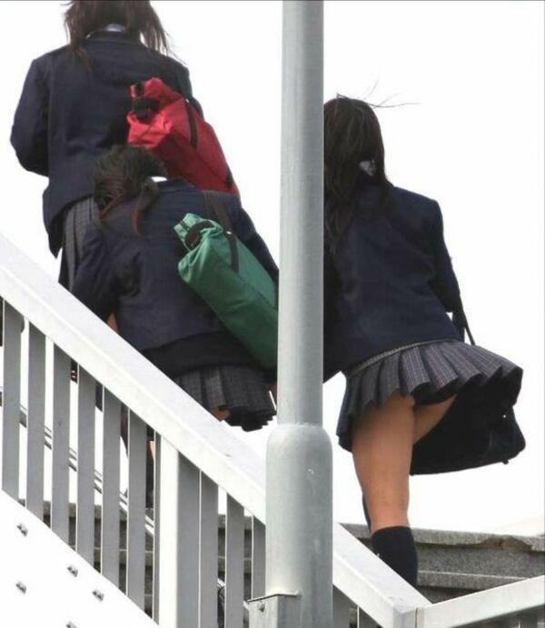 階段でパンチラしまくる素人女子 (19)