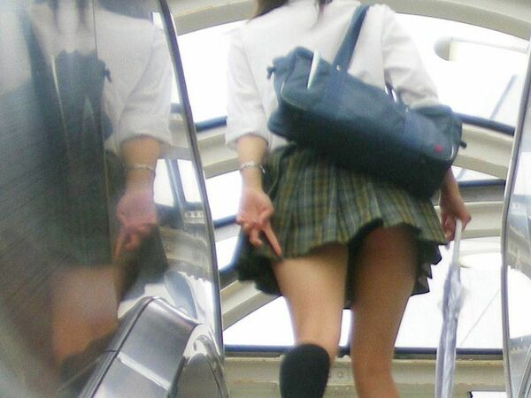 階段でパンチラしまくる素人女子 (13)