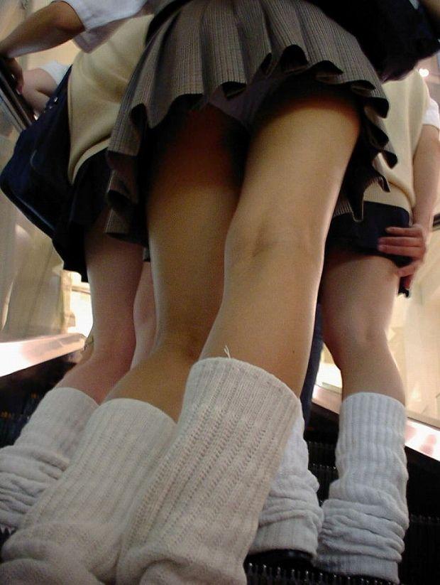 階段でパンチラしまくる素人女子 (20)