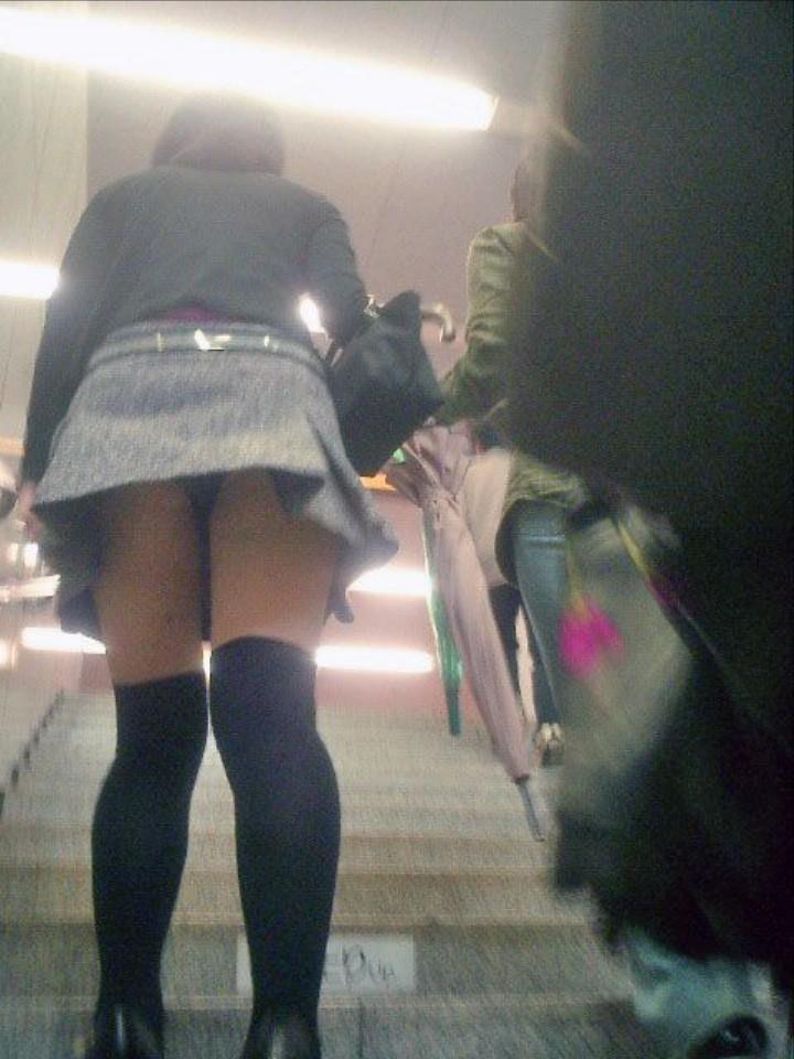 階段でパンチラしまくる素人女子 (11)