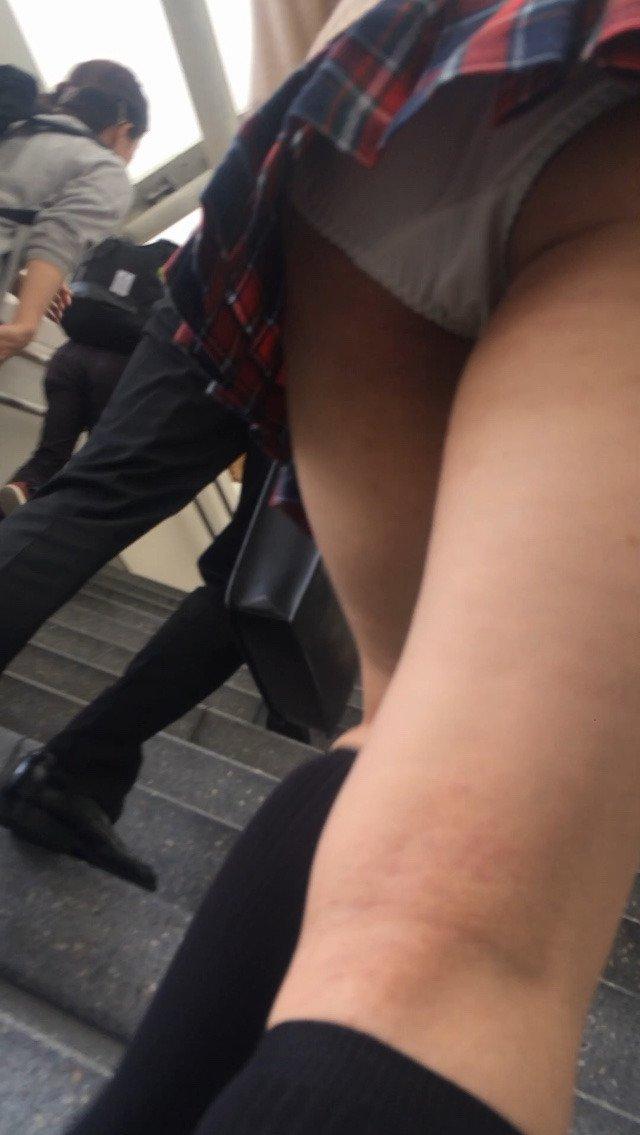 階段でパンチラしまくる素人女子 (3)