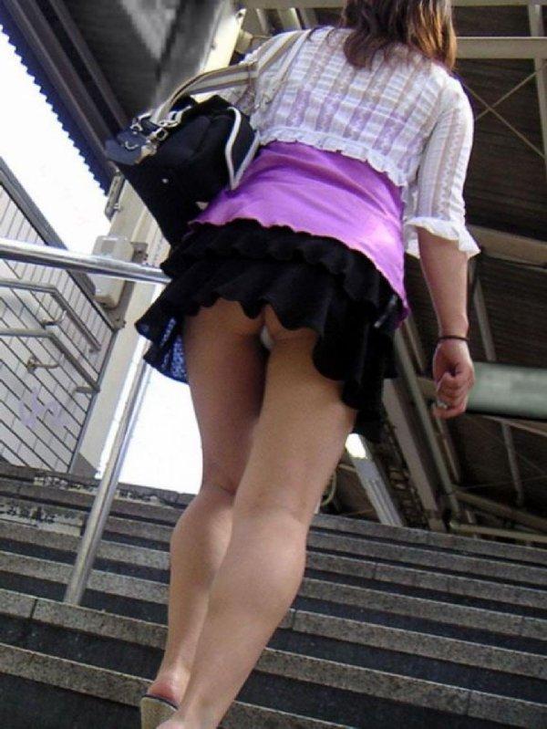階段でパンチラしまくる素人女子 (2)