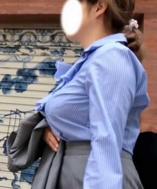 着衣巨乳な素人OLのオッパイ (7)