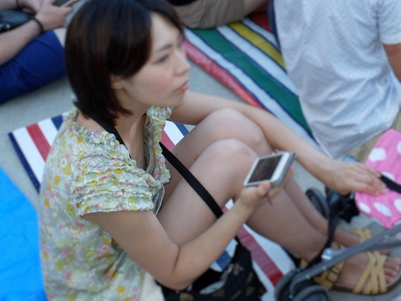 乳首チラしてる無防備な素人女子 (7)