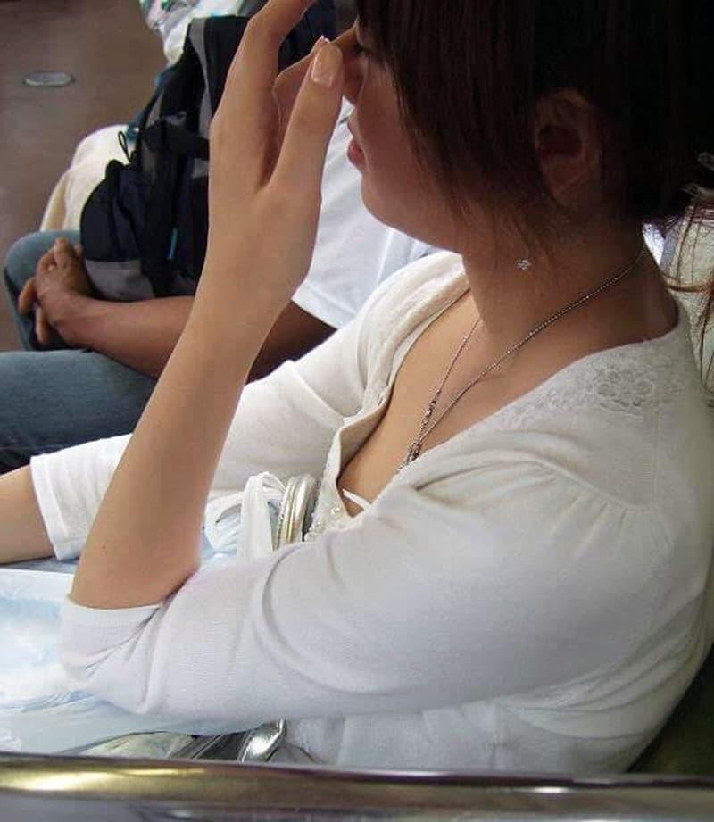 電車の中で胸チラや乳首チラ (18)
