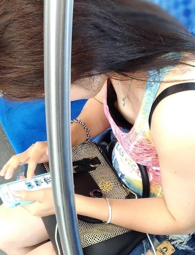 電車の中で胸チラや乳首チラ (13)