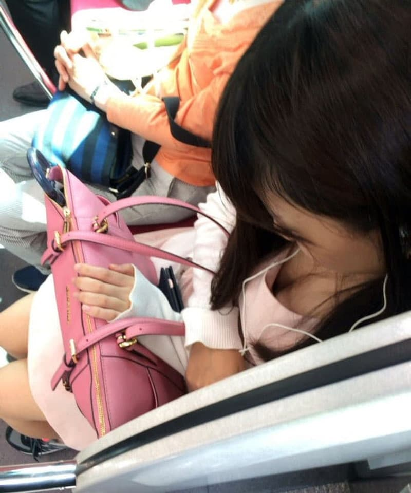 電車の中で胸チラや乳首チラ (19)