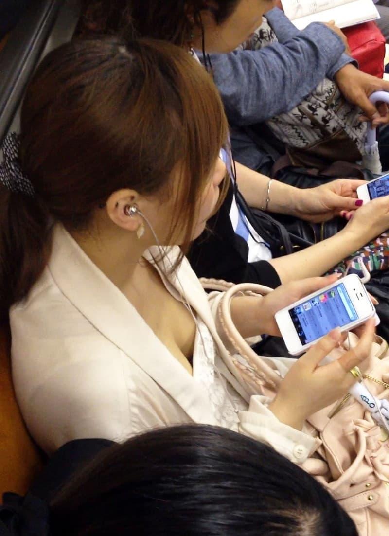 電車の中で胸チラや乳首チラ (9)