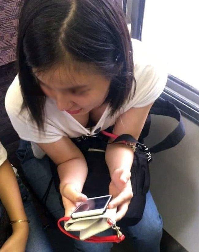 電車の中で胸チラや乳首チラ (4)