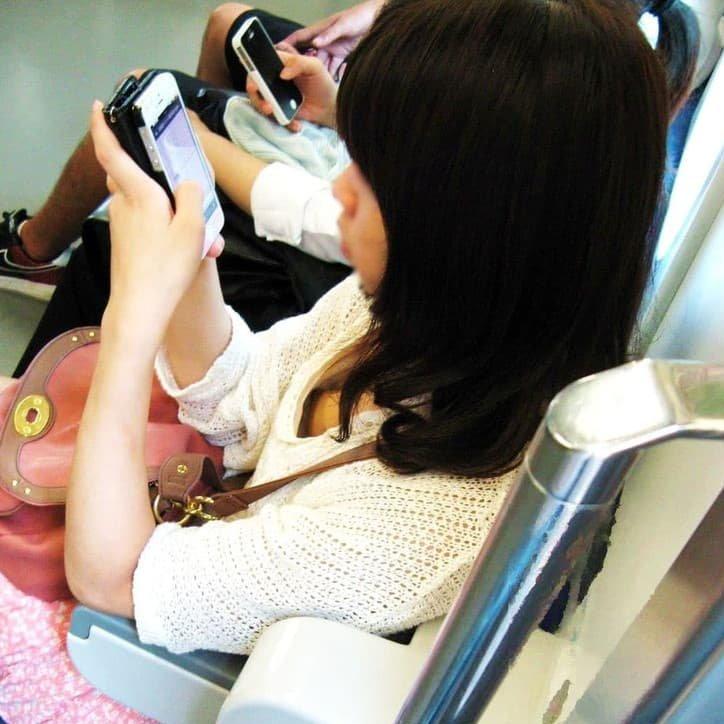 電車の中で胸チラや乳首チラ (1)