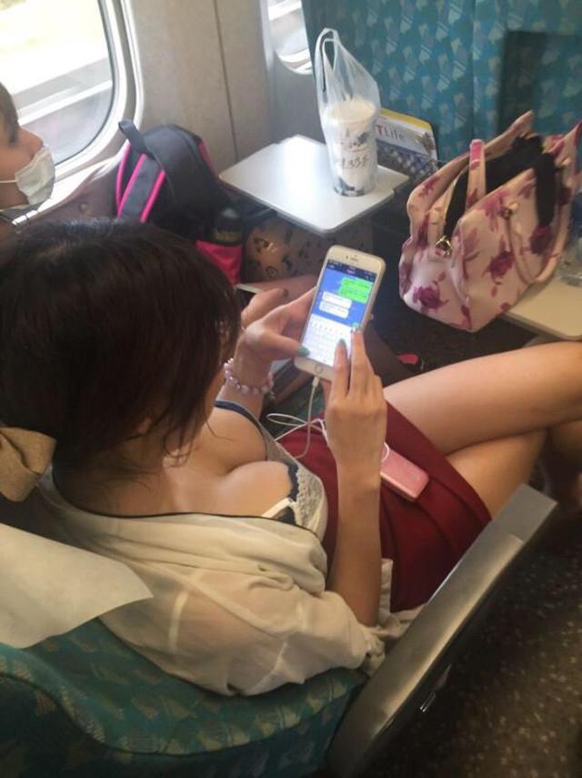 電車の中で胸チラや乳首チラ (20)