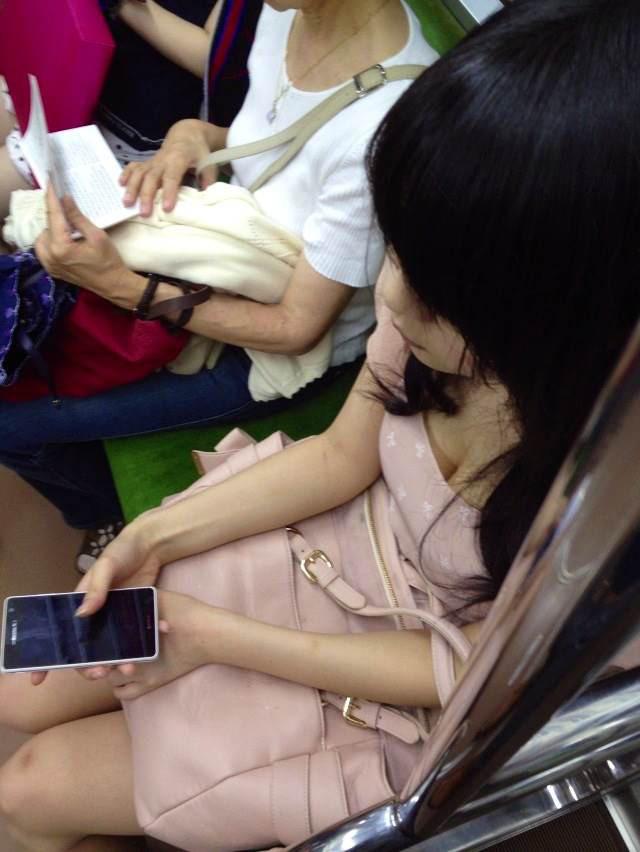 電車の中で胸チラや乳首チラ (8)