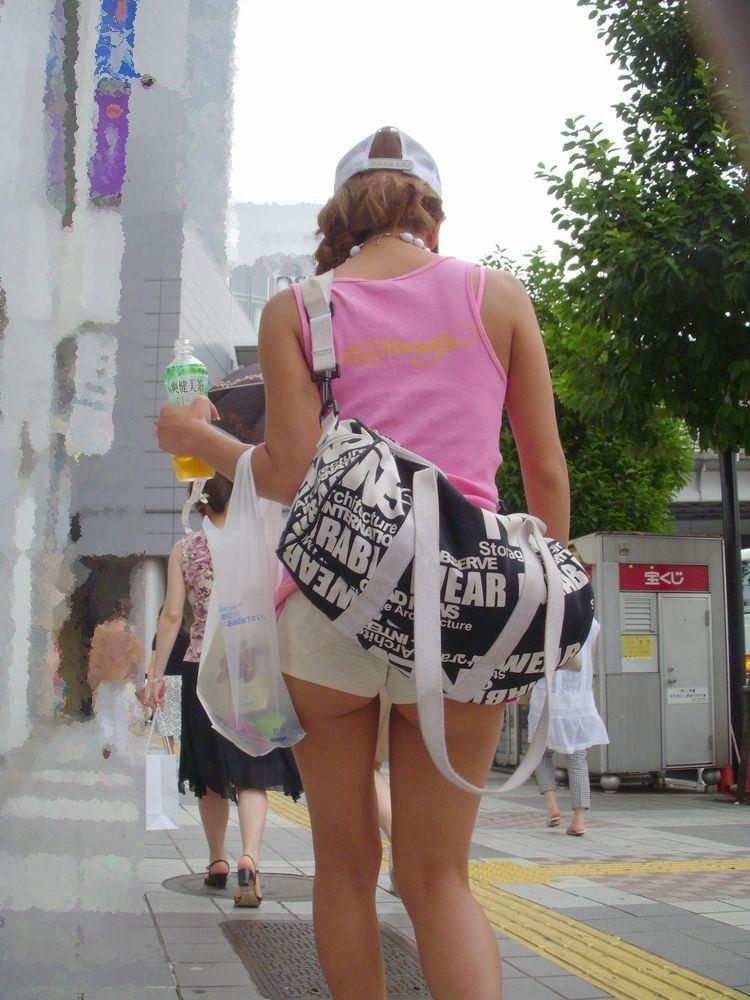 ホットパンツ姿でハミ尻してる素人女子 (15)