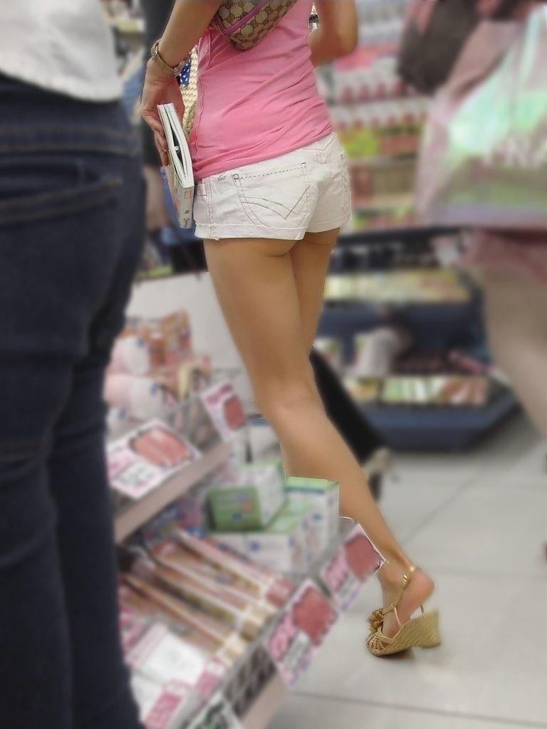 ホットパンツ姿でハミ尻してる素人女子 (2)