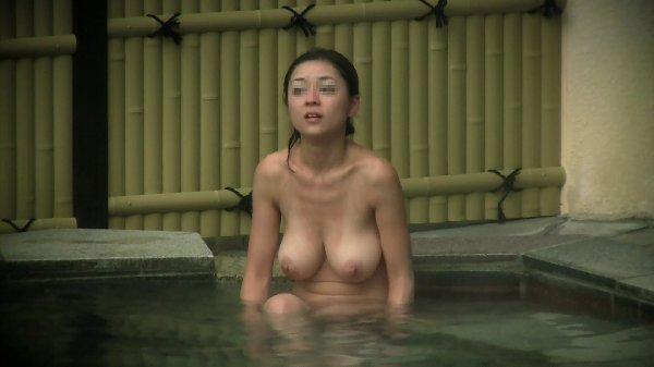 巨乳が太陽に照らされる素人女子の入浴姿 (14)