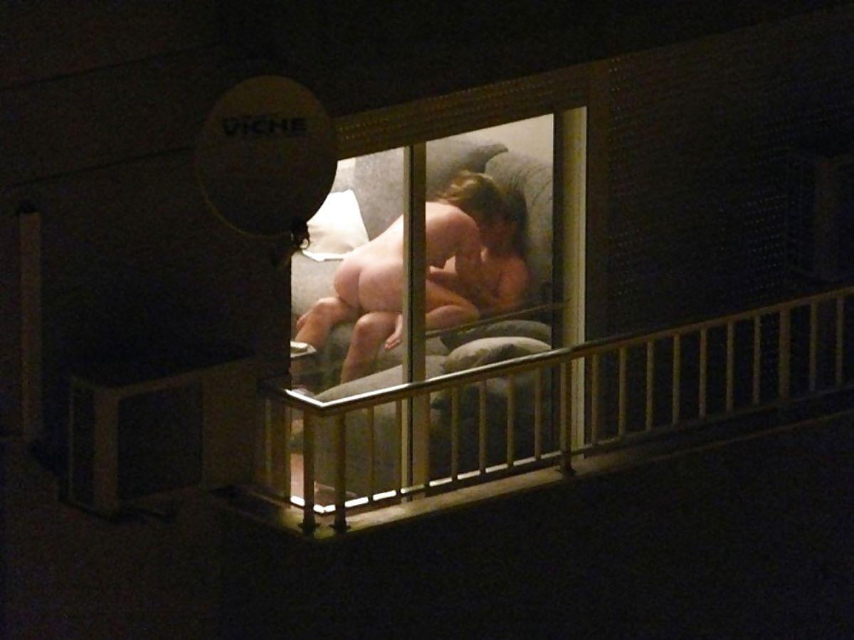 窓際でセックスしてる素人の男女 (14)