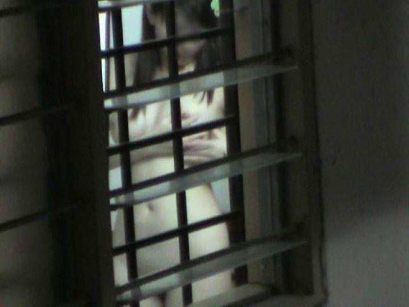 民家の窓から見えた全裸女性 (8)