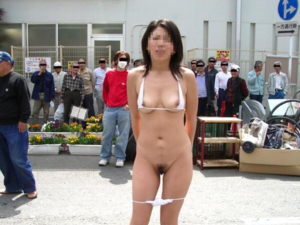 男の視線を感じながら全裸になる野外露出 (15)
