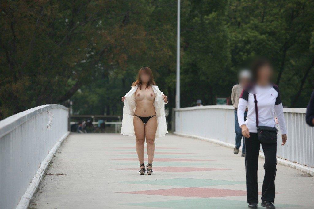 男の視線を感じながら全裸になる野外露出 (19)