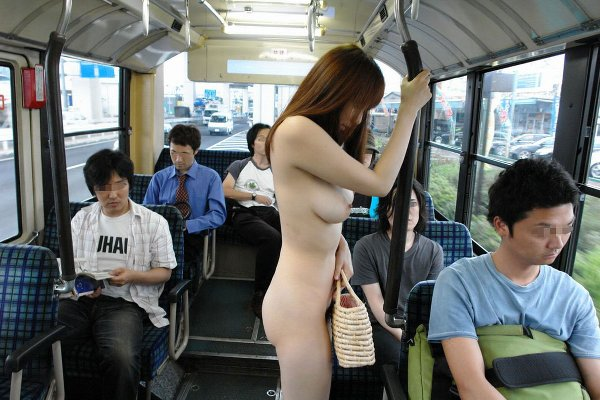 男の視線を感じながら全裸になる野外露出 (10)