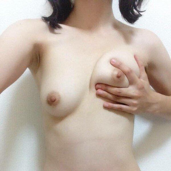 おっぱいを揉んで美乳を自撮り (1)
