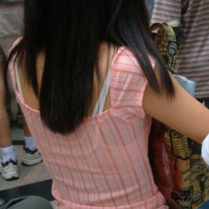 ブラジャーの肩紐がハミ出てる (1)