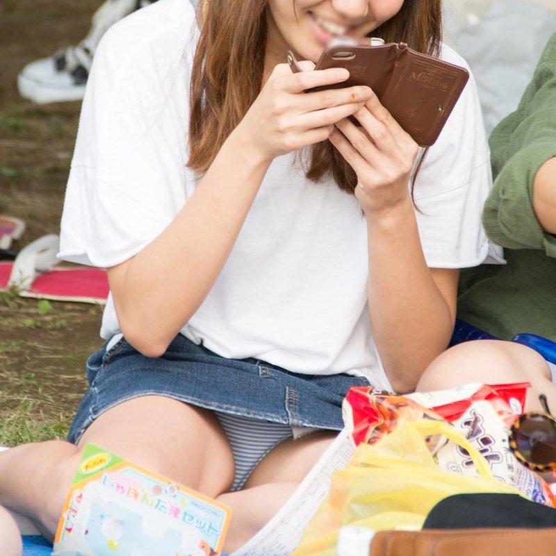 公園でパンチラしまくる素人女子 (1)